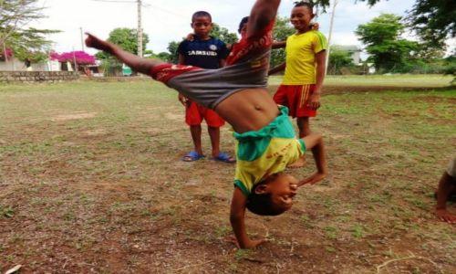 Zdjęcie MADAGASKAR / Mahajanga / szkoła / popisowe pozy