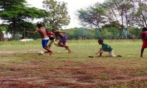 Zdjęcie MADAGASKAR / Mahajanga / szkoła / piłka nożna boso