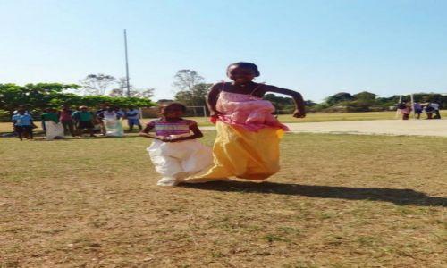 Zdjęcie MADAGASKAR / Mahajanga / szkoła / ZAWODY skoki w workach