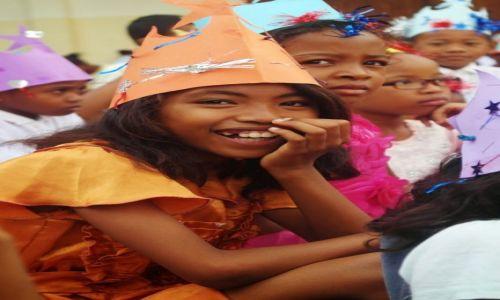 Zdjęcie MADAGASKAR / Mahajanga / szkoła / papierowe korony