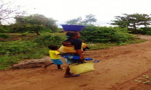Zdjęcie MADAGASKAR / Północno-Zachodni Madagaskar / Prowincja Mahajanga  / Powrót mamy z zakupów