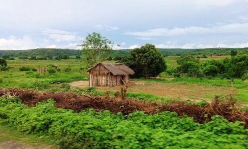 Zdjęcie MADAGASKAR / Północno-Zachodni Madagaskar / Prowincja Mahajanga  / Domek ciasny ale własny...