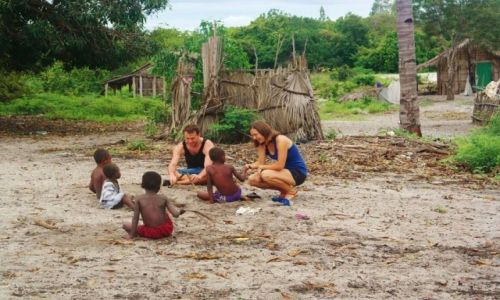 Zdjęcie MADAGASKAR / Północno-Zachodni Madagaskar / Miejscowość  Mahajanga  / Dzieciaki i  Polscy nauczyciele
