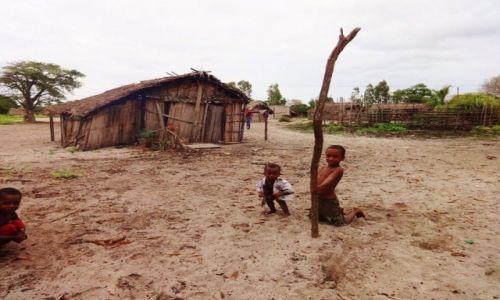 Zdjęcie MADAGASKAR / Północno-Zachodni Madagaskar / Miejscowość  Mahajanga  / Plac zabaw.......