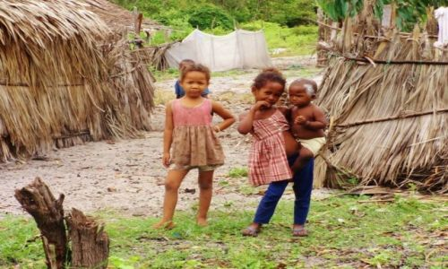 Zdjęcie MADAGASKAR / Północno-Zachodni Madagaskar / Miejscowość  Mahajanga  / Starsza siostra zawsze się przyda...