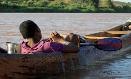 Zdjecie MADAGASKAR / centralna część wyspy / rzeka Tsiribinha / taryfa czeka