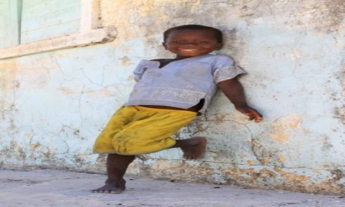 Zdjecie MADAGASKAR / południowy wschód / belo sur mer / malagasy child