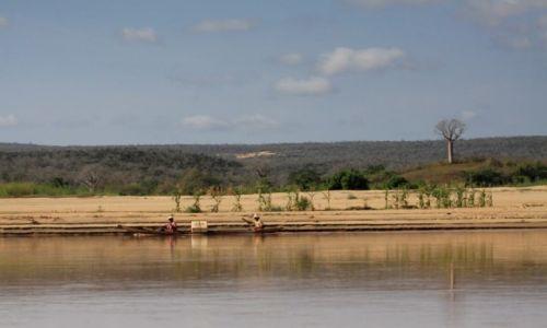 Zdjecie MADAGASKAR / centralna cz�� wyspy / rzeka Tsiribinha / urocza rzeka Ts