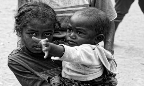 MADAGASKAR / Fianarantsoa-Manakara / gdzieś na trasie pociągu / Co te oczy chcą powiedzieć ?