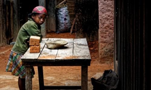 Zdjecie MADAGASKAR / Antoetra / Antoetra / Przy stole