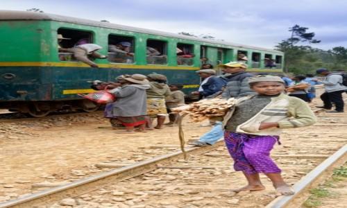 Zdjęcie MADAGASKAR / Fianarantsoa-Manakara / gdzieś na trasie pociągu / Dziewczynka