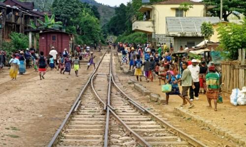 MADAGASKAR / Fianarantsoa-Manakara / gdzieś na trasie pociągu / Stacja kolejowa