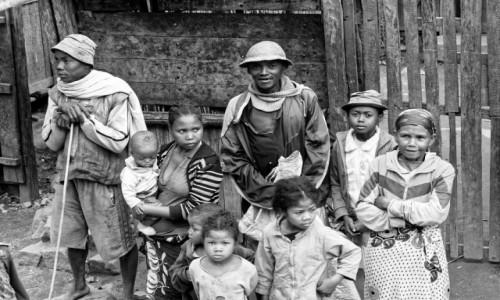 Zdjecie MADAGASKAR / Fianarantsoa-Manakara / gdzieś na trasie pociągu / Rodzinka