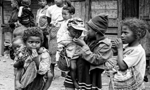 Zdjecie MADAGASKAR / Fianarantsoa-Manakara / gdzieś na trasie pociągu / Dzieciaki