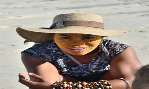 Zdjecie MADAGASKAR / Morondawa / plaża / Kup korale