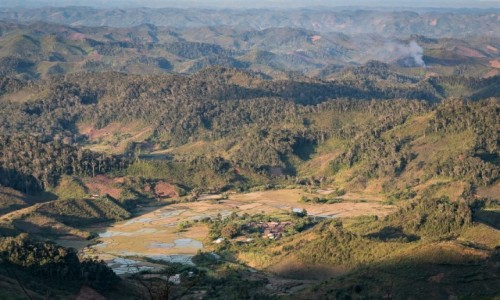 Zdjecie MADAGASKAR / Fianarantsoa / z pociągu / osada...