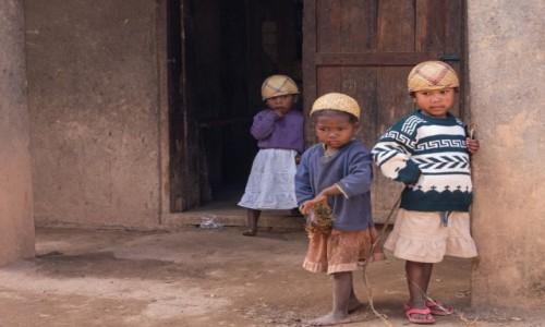 Zdjecie MADAGASKAR / Madagaskar centralny / Antoetra / Dziewczynki z grupy etnicznej Zafimaniry