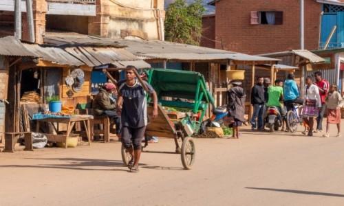 Zdjęcie MADAGASKAR / Madagaskar centralny / Ambositra / Z cyklu scenki uliczne - komuś rikszę?