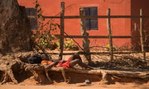 MADAGASKAR / Zachodni / Belo sur Tsiribihina / Teoria ... spiskowa ;-)