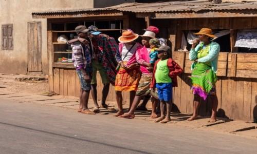Zdjecie MADAGASKAR / Madagaskar centralny / Ambohimahasoa / Pogawędka znajomych