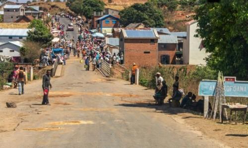 MADAGASKAR / RN34 / jakaś miejscowość na A w pobliżu Betafo / Na ulicy
