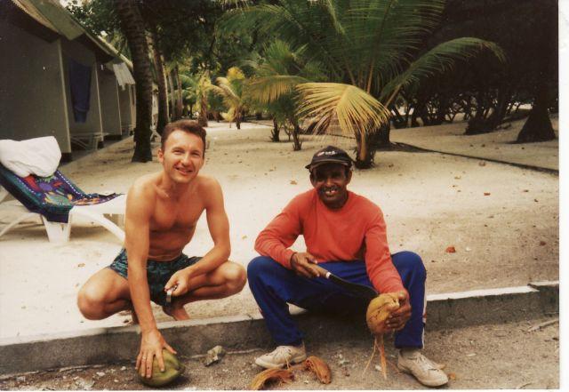Zdjęcia: Kandooma Fushi Poludnowy Atol Male, Otwarcie kokosa bez odpowiedniego narzedzia nie jest wcale takie proste, MALEDIWY
