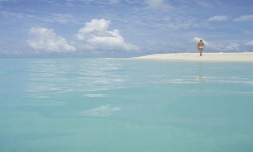 Zdjecie MALEDIWY / Ari Atoll / Ari Atoll / kobieta na plaży