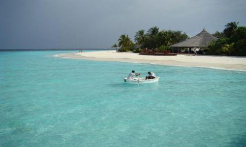 Zdjecie MALEDIWY / Ari Atoll / Ari Atoll / dwaj ludzie w łódce
