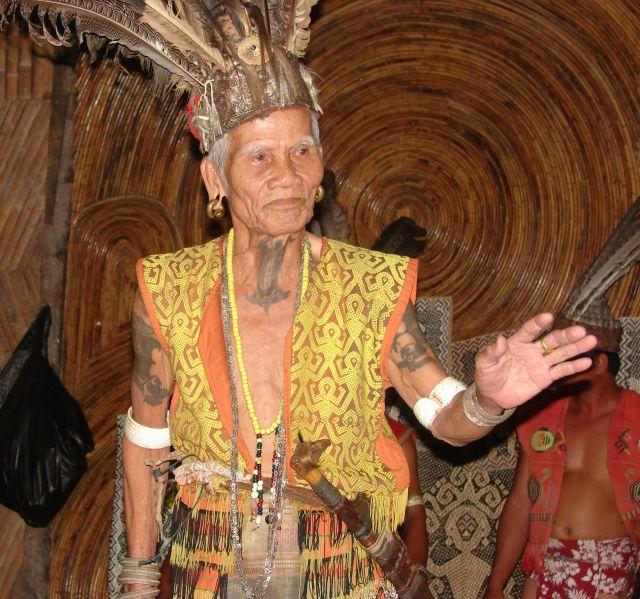 Zdjęcia: wioska Ibanów, Borneo, Wódz Ibanów Batit (90lat), MALEZJA