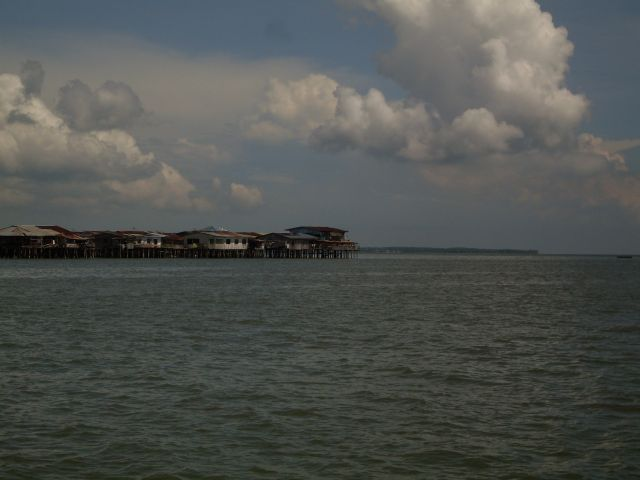 Zdjęcia: Borneo-w drodze na Berhalę, Sabah, ... Sandakan na palach.... , MALEZJA