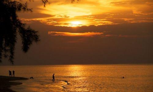 Zdjęcie MALEZJA / - / Tioman Island / Zachod slonca na plazy (Malaysia)