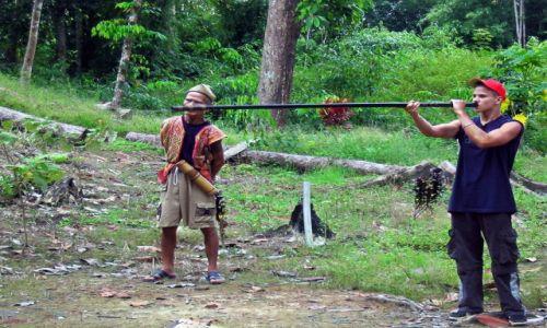 MALEZJA / Borneo / Sarawak / Polowanie z dmuchawą nie jest takie proste