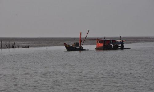 MALEZJA / Kedah / Przystań promowa / Kuter rybacki  na emeryturze