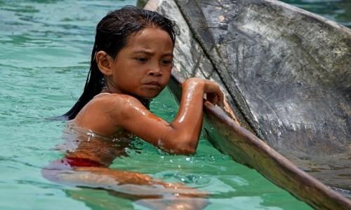MALEZJA / - / Borneo / Mała dziewczynka Baju