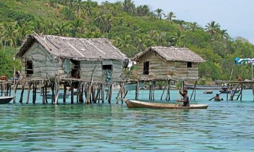 MALEZJA / - / Borneo / Wioska morskich cyganów