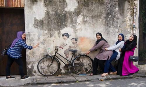 Zdjęcie MALEZJA / Penang / Georgetown / Miejscowe dziewczyny z muralem
