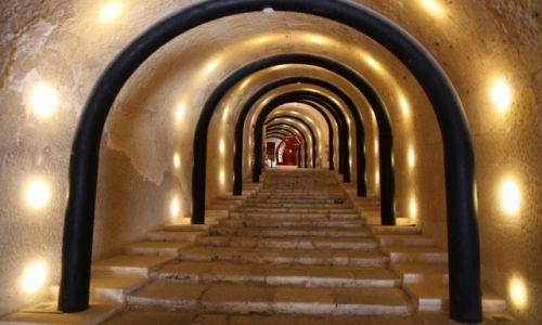 Zdjęcie MALTA / Półwysep Sciberras / Valletta / Światełka i schody w tunelu
