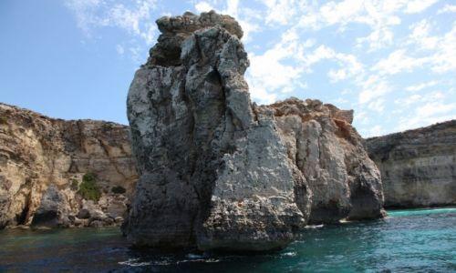 Zdjęcie MALTA / Morze Śródziemne / Kanał Gozo / Skałki w błękitnej zatoce