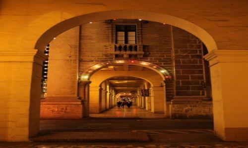 MALTA / Valletta  / Floriana / Spacer pod filarami