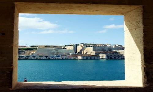 Zdjęcie MALTA / Birgu, czyli Vittoriosa / Fort Saint Angelo / Okno na Vallettę
