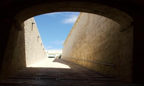 Zdjęcie MALTA / Birgu, czyli Vittoriosa / Fort Saint Angelo / Wyjście z mroku