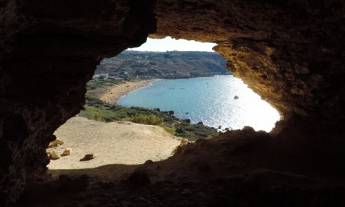 MALTA / Gozo / Tal Mixta Cave / Tal Mixta Cave i widok na Ramla Bay, Gozo, Malta