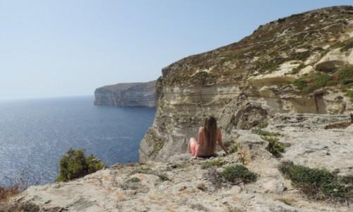 MALTA / Gozo / Xlendi Bay / Klify przy Xlendi Bay