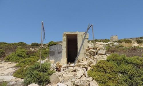 Zdjecie MALTA / Gozo / Klify przy Xlendi Bay / Składzik na narzędzia na polu przy klifach