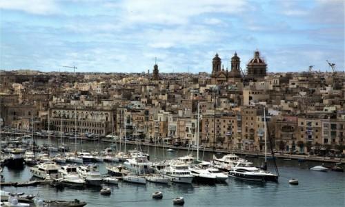 Zdjecie MALTA /  Vittoriosa (Birgu) / Fort Saint Angelo  / Nowoczesne łodzie w scenerii sprzed wieków