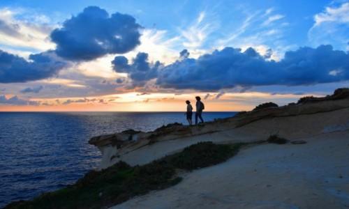 Zdjęcie MALTA / wyspa Gozo / zachodnie wybrzeże / Pejzaż o zachodzie słońca ze sztafażem