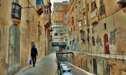MALTA / - / Valletta / Zaułek nieturystyczny