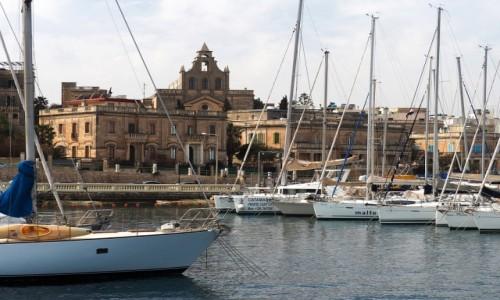 Zdjecie MALTA / Malta / Grand Harbour / Opływając Vallettę