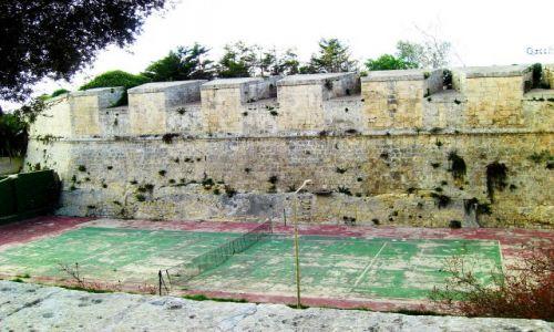 Zdjęcie MALTA / Malta / Mdina / Kort pod murem obronnym