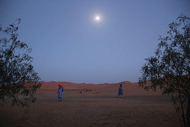 Zdjęcia: okolice Erfoud_Sahara, południowo-wschodni kraniec Tafilant, Nad Saharą króluje juz księżyc., MAROKO
